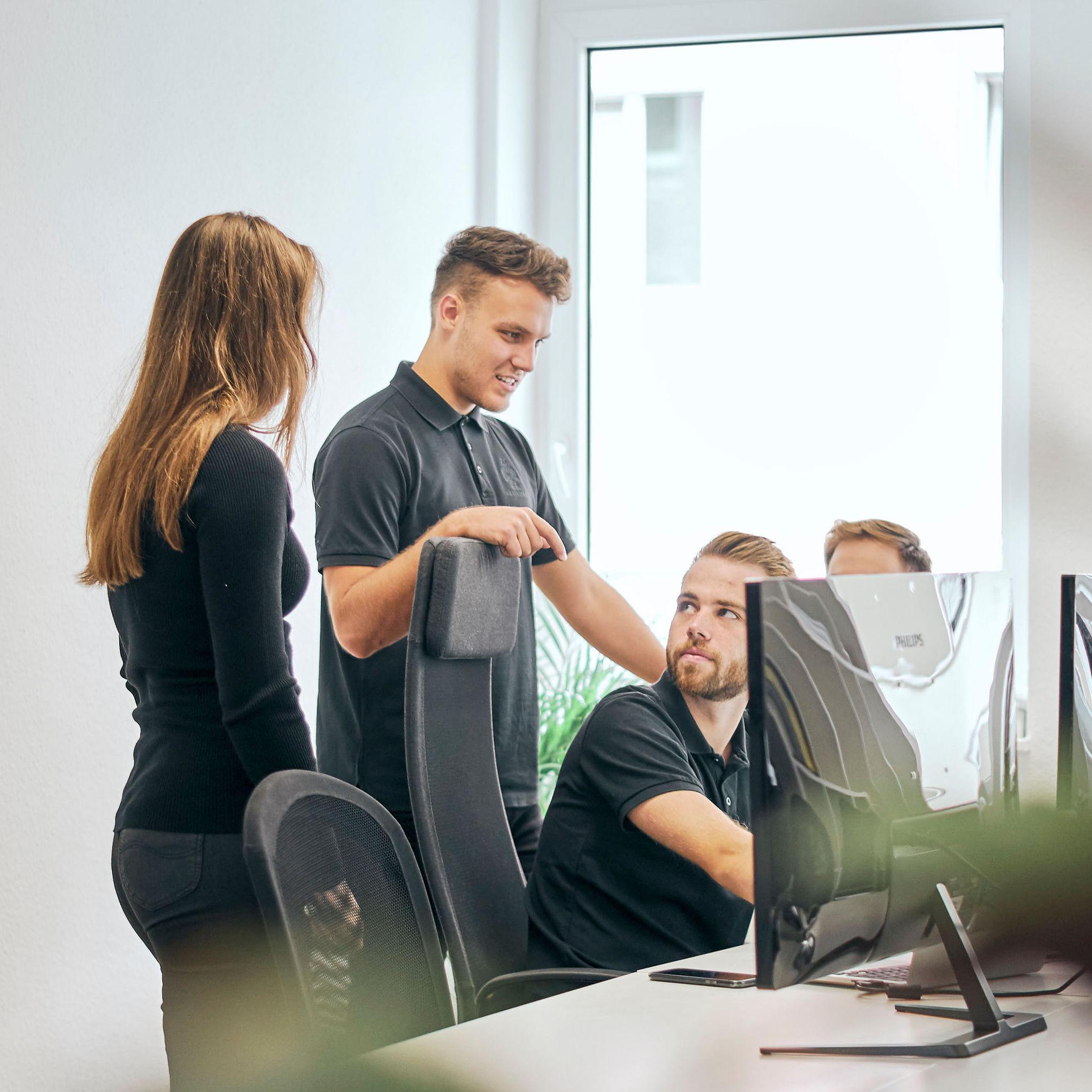 4 Mitarbeiter von BOTfriends besprechen ein Projekt