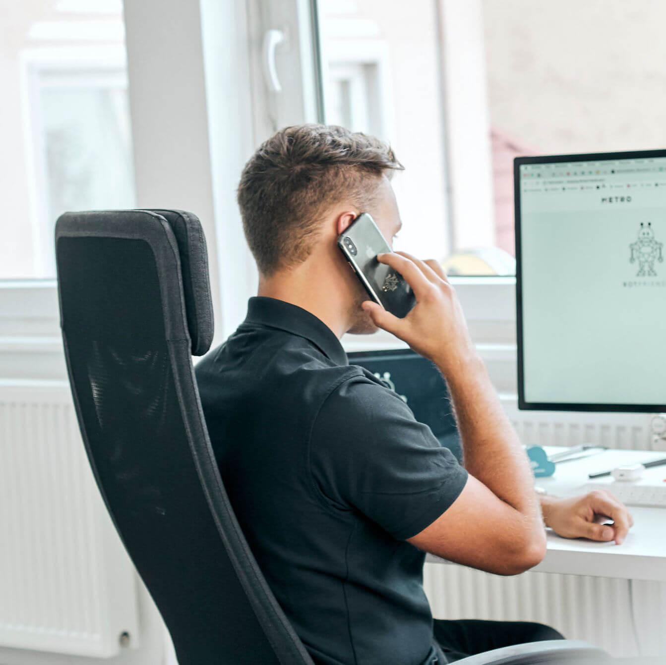 Ein Support Mitarbeiter von BOTfriends beim Telefonat