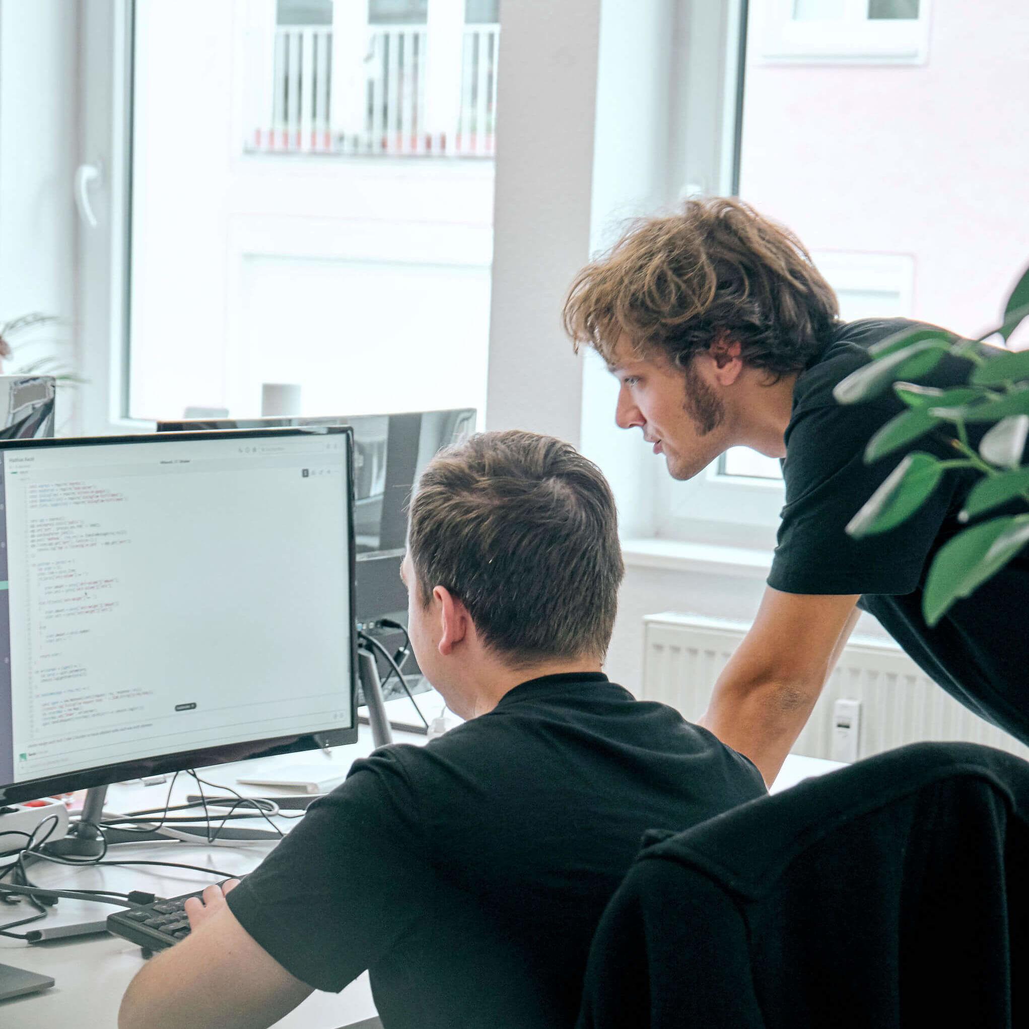 Zwei Entwickler bei der Arbeit
